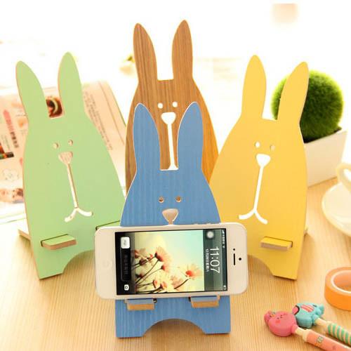 Univerzální dřevěný stojan na mobil Zajíc